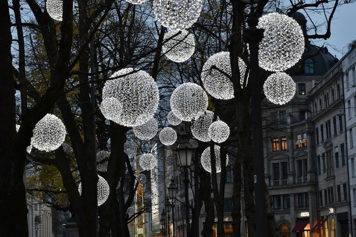 13 Amazing Ways to Use Solar Christmas Lights All Year Round